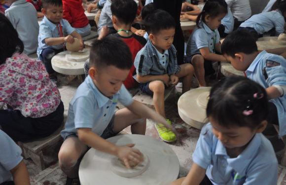 Thử tài nặn gốm tại Làng Gốm Bát Tràng
